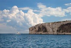 Η βάρκα τουριστών ενάντια στους απότομους βράχους Massif des Calanques στοκ εικόνα με δικαίωμα ελεύθερης χρήσης