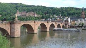 Η βάρκα τουριστών περνά την παλαιά γέφυρα στη Χαϋδελβέργη, Γερμανία απόθεμα βίντεο