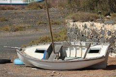 Η βάρκα υψηλή - και - ξεραίνει Στοκ φωτογραφίες με δικαίωμα ελεύθερης χρήσης