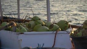 Η βάρκα φόρτωσε με τα εξωτικά φρούτα, πολύς νέος καπετάνιος καρύδων brins στην αγορά απόθεμα βίντεο