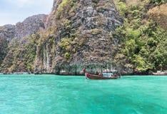 Η βάρκα Longtail που δένεται να επιπλεύσει στον κόλπο Pileh είναι μπλε λιμνοθάλασσα με το βράχο ασβεστόλιθων phi phi στο νησί Kra Στοκ εικόνες με δικαίωμα ελεύθερης χρήσης