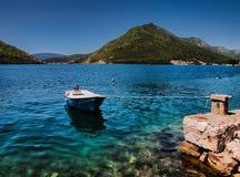 Η βάρκα Smlal ενέπλεξε κοντά σε Kotor στοκ εικόνες