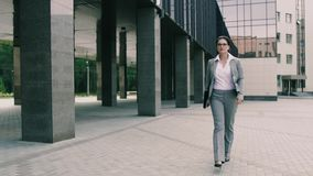 Η βέβαια νέα επιχειρησιακή γυναίκα στέλνεται στα έγγραφα κτιρίου γραφείων απόθεμα βίντεο