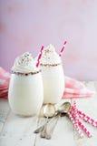 Η βανίλια milkshake με την κτυπημένη κρέμα και ψεκάζει Στοκ φωτογραφίες με δικαίωμα ελεύθερης χρήσης