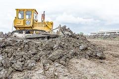 Η βαριά earthmover μηχανή κατασκευής κινεί τη γη στο buildin στοκ εικόνα με δικαίωμα ελεύθερης χρήσης