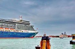 Η βασίλισσα Elizabeth 2 σκάφος της γραμμής κρουαζιέρας φθάνει στη Βενετία Στοκ Φωτογραφίες