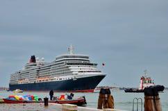 Η βασίλισσα Elizabeth 2 σκάφος της γραμμής κρουαζιέρας φθάνει στη Βενετία Στοκ φωτογραφία με δικαίωμα ελεύθερης χρήσης