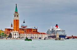 Η βασίλισσα Elizabeth 2 σκάφος της γραμμής κρουαζιέρας φθάνει στη Βενετία Στοκ εικόνες με δικαίωμα ελεύθερης χρήσης