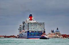 Η βασίλισσα Elizabeth 2 σκάφος της γραμμής κρουαζιέρας φθάνει στη Βενετία Στοκ Εικόνες