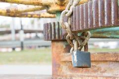 Η βασικές κλειδαριά και η χειροπέδη αποτρέπουν τη χρήση της Στοκ φωτογραφία με δικαίωμα ελεύθερης χρήσης