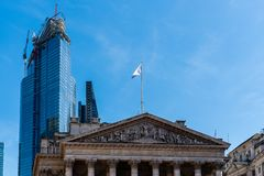 Η βασιλική ανταλλαγή ενάντια στον ουρανοξύστη κάτω από την κατασκευή στο Λονδίνο στοκ εικόνες με δικαίωμα ελεύθερης χρήσης