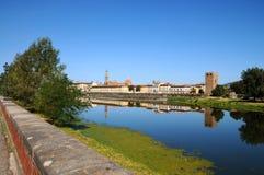 Η βασιλική ιερού του διαγώνιου και ο καθεδρικός ναός της Σάντα Μαρία del Fiore απεικόνισαν στον ποταμό Arno στη Φλωρεντία Στοκ Εικόνα