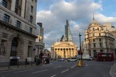 Η βασιλική ανταλλαγή Λονδίνο Αγγλία με τις περιβάλλουσες οδούς στοκ φωτογραφία με δικαίωμα ελεύθερης χρήσης