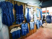 Η βαφή μπατίκ δεσμών σπιτιών μόδας καταστημάτων ιματισμού μου ντύνει Mauhom ι στοκ φωτογραφίες
