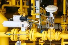 Η βαλβίδα ελέγχου πίεσης στο πετρέλαιο και το φυσικό αέριο επεξεργάζεται και ελεγχόμενος από τον έλεγχο λογικής προγράμματος, τον στοκ φωτογραφίες