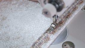 Η βελόνα της ράβοντας μηχανής ράβει το ύφασμα απόθεμα βίντεο