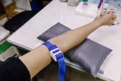 Η βελόνα χρήσης διαδικασίας της συλλογής αίματος από το υπομονετικό ` s Στοκ Φωτογραφίες
