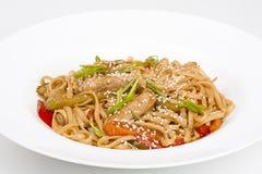 Η βελόνα udon με το χοιρινό κρέας και τα λαχανικά Στοκ εικόνα με δικαίωμα ελεύθερης χρήσης