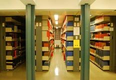 η βιβλιοθήκη βιβλίων τοποθετεί σε ράφι το πανεπιστήμιο στοκ εικόνες