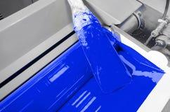 Η βιομηχανία τυπωμένων υλών, εκτυπωτής τρέχει το κυανό, μπλε μελάνι Στοκ Εικόνα