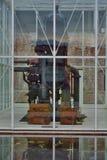 Η βιομηχανική μηχανή παραμένει σε ένα υφαντικό μουσείο Στοκ Εικόνες