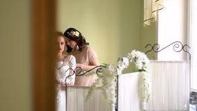 Η βοήθεια δύο φίλων ντύνει τη νύφη Ο καθένας χαμογελά, τα κορίτσια είναι διακοσμημένα με τα λουλούδια απόθεμα βίντεο