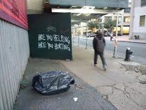 Η βοήθεια, είναι εσείς που βοηθάτε, είναι εσείς που βλάπτετε, ερώτηση, γκράφιτι, Μπρούκλιν, Νέα Υόρκη, ΗΠΑ στοκ φωτογραφίες