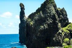 Η βορειοδυτική ακτή όπου τα βουνά στο Βορρά του νησιού της Μαδέρας συναντούν τον Ατλαντικό Ωκεανό Στοκ εικόνα με δικαίωμα ελεύθερης χρήσης