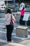 Η βουδιστική γυναίκα προσεύχεται, κοντά στη μεγάλη λεωφόρο αγορών, τη Μπανγκόκ Στοκ Εικόνες