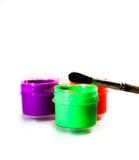 Η βούρτσα για το σχέδιο βρίσκεται στα ανοικτά δοχεία χρωμάτων Στοκ Φωτογραφία
