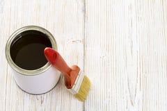 Η βούρτσα και το βερνίκι χρωμάτων μπορούν, πινέλο και ξύλινη λάκκα Στοκ φωτογραφίες με δικαίωμα ελεύθερης χρήσης