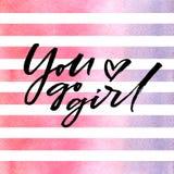 Η βούρτσα που γράφει εσείς πηγαίνει κορίτσι στα ρόδινα λωρίδες watercolor Στοκ Εικόνες