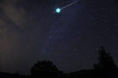 Η βολίδα μετεωριτών εκρήγνυται αμέσως, NA του Όρεγκον, Siskiyou καταρρακτών στοκ εικόνα με δικαίωμα ελεύθερης χρήσης