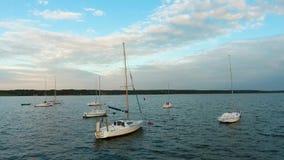 Η βράση του σκάφους αναψυχής και της ομάδας βαρκών έδεσε στην ειρηνική ήρεμη μαρίνα ποταμών στην ηλιοφάνεια φιλμ μικρού μήκους