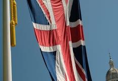 Η βρετανική σημαία του Union Jack φωτογράφισε το φύσηγμα στο αεράκι στη λεωφόρο στη συγκέντρωση της τελετής χρώματος, Λονδίνο UK στοκ εικόνες