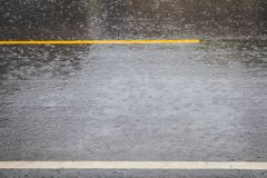 Η βροχή κάνει το δρόμο τους ολισθηρούς δρόμους στοκ φωτογραφίες