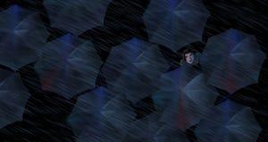 Η βροχή που αφορά τους πεζούς με τις ομπρέλες βλέπει άνωθεν Μια γυναίκα κρυφοκοιτάζει έξω από την ομπρέλα της Είναι μια σκηνή οδώ στοκ εικόνες