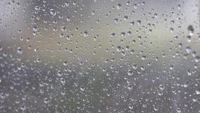 Η βροχή που παρασύρεται στο γυαλί Πρόκληση μιας πτώσης του νερού Διαδώστε τον καθρέφτη μια βροχερή ημέρα, αισθαμένος μόνος και μό φιλμ μικρού μήκους
