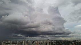Η βροχή που φθάνει στο Σάο Πάολο, Βραζιλία στοκ εικόνες