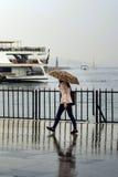 Η βροχή στη Ιστανμπούλ, άνθρωποι προσπαθεί να φθάσει στην αποβάθρα πορθμείων στο Κ Στοκ φωτογραφία με δικαίωμα ελεύθερης χρήσης