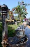 Η βρύση χαλκού με το ρέοντας νερό μια καυτή θερινή ημέρα Εκλεκτής ποιότητας στρόφιγγα στοκ εικόνες