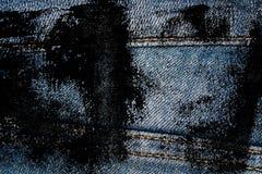 Η βρώμικη κινηματογράφηση σε πρώτο πλάνο Grunge του ξεπερασμένου τζιν παντελόνι δένει τη σύσταση τζιν, το μακρο υπόβαθρο για τον  Στοκ Εικόνες