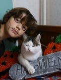 Η γάτα και το αγόρι με αποκριές αποτελεί και διακόσμηση Στοκ Φωτογραφίες