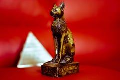 Η γάτα και το σύμβολο πυραμίδων της αρχαίας Αιγύπτου Στοκ Εικόνες