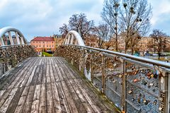 Η γέφυρα αγάπης σε Bydgoszcz, Πολωνία, αγαπημένοι λουκέτων κλειδαριών αγάπης κλείδωσε, παλαιά δημαρχεία με τη γέφυρα για πεζούς,  Στοκ Φωτογραφία