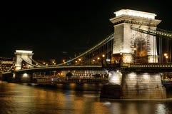 Η γέφυρα αλυσίδων στη Βουδαπέστη, Ουγγαρία τη νύχτα στοκ εικόνες