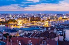 Η γέφυρα αλυσίδων στη Βουδαπέστη τη νύχτα, Ουγγαρία στοκ εικόνες με δικαίωμα ελεύθερης χρήσης