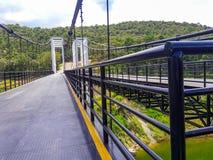 Η γέφυρα αναστολής αποτελείται από τον άσπρο χάλυβα στοκ εικόνες με δικαίωμα ελεύθερης χρήσης
