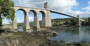 Η γέφυρα αναστολής Menai μεταξύ Anglesey και Snowdonia στοκ φωτογραφίες