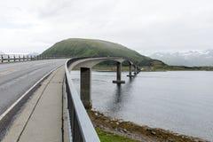 Η γέφυρα αυτοκινήτων συνδέει τα νορβηγικά νησιά σε Lofoten, Nordland, Norw στοκ φωτογραφία με δικαίωμα ελεύθερης χρήσης